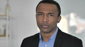 Nr, Toevallige Afro-Amerikaanse Zakenman in Slechte Stemming die van Aanbieding niet houden door Hoofd Te schudden stock videobeelden