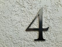Nr. vier auf der Wand Lizenzfreie Stockbilder