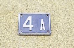 Nr. vier auf der Wand eines Hauses Lizenzfreie Stockfotografie