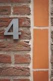 Nr. vier auf einer Backsteinmauer Stockbild