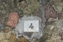 Nr. vier auf einer Wand Stockfotos