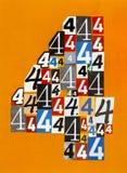 Nr. vier machte von den Zahlen, die von den Zeitschriften auf orange b schneiden Lizenzfreie Stockbilder