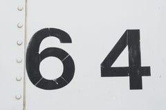 Nr. 64 vierundsechzig weiße alte Metallhintergrundbeschaffenheit Stockfotos