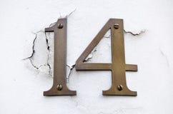 Nr. vierzehn auf gebrochener Wand lizenzfreies stockfoto