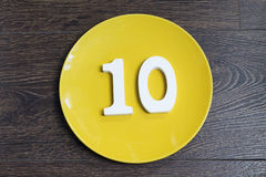 Nr. zehn auf einer gelben Platte Lizenzfreies Stockbild
