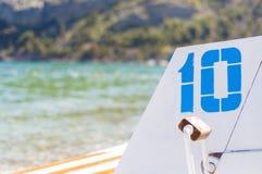 Nr. 10 (zehn) gemalt im Blau auf Feiertagskatamaran auf Schwarzem Meer, Krim Stockbilder