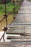Nära skruv den gamla träbron Arkivfoton