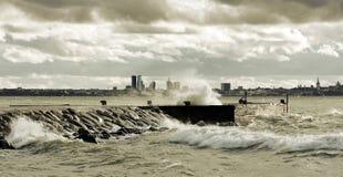 nära stormigt väder för hav Arkivfoton