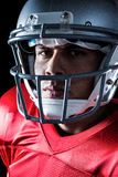 Närbild av den allvarliga amerikanska fotbollsspelaren Arkivfoto