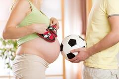 Närbild av en gravid kvinna och hennes make Fotografering för Bildbyråer