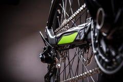 Närbild av en grön mountainbike Arkivfoto