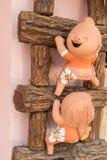 närbild rolig docka på en trästege, processfärg Royaltyfri Fotografi