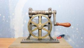 Närbilden av två stålkugghjul anknöt begreppet för förälskelse, familj, teamwork och partnerskap Arkivbilder