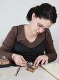 Kvinnligt juvelerarearbete Royaltyfri Fotografi