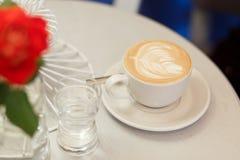 Närbildkopp med kaffecappuccino Arkivbilder