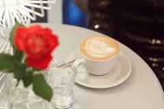 Närbildkopp med kaffecappuccino Arkivbild