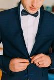 Närbildskott av den unga caucasian mannen som bär den stilfulla eleganta dräkten med flugan Arkivbild