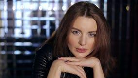Närbildstående av den härliga kvinnaframsidan med ljusa blåa ögon lager videofilmer