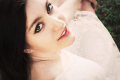 Närbildstående av den sexiga unga kvinnan med härliga gråa ögon Royaltyfri Foto
