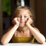 Närbildstående av lite den lyckliga flickan Arkivbilder