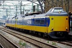 NS тренирует на железнодорожной станции Utrecht платформы, Голландии, Нидерландах Стоковое Изображение RF