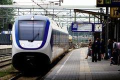 NS тренирует на железнодорожной станции Utrecht платформы, Голландии, Нидерландах Стоковое Изображение