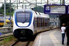 NS тренирует на железнодорожной станции Utrecht платформы, Голландии, Нидерландах Стоковые Изображения RF