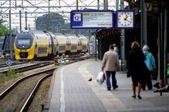 Ns-Zug, der an NS-Bahnhof Utrecht, Holland, die Niederlande hereinkommt Stockfotografie