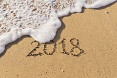 Nscription liczba 2018 ręcznie pisany na seashore piasku Obraz Royalty Free