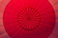 Nside een roodgloeiende luchtballon Stock Afbeeldingen