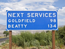 Nästa service undertecknar in Kaliforniens Mojaveöknen Arkivbilder