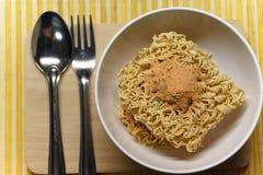 nstant noedels op smaak gebrachte soep in kom met vork Stock Foto