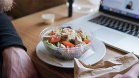 NTake去在塑料封装的沙拉用蕃茄和鸡 办公室工作者的一顿有用的快餐在工作场所 免版税图库摄影