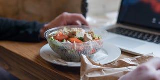 NTake去在塑料封装的沙拉用蕃茄和鸡 办公室工作者的一顿有用的快餐在工作场所 库存照片