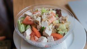 NTake去在塑料封装的沙拉用蕃茄和鸡 办公室工作者的一顿有用的快餐在工作场所 免版税库存照片