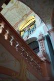 nterior楼梯和巴洛克式的天花板 免版税库存图片