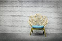 Nterior设计现代藤条位子、灰色地毯和白色砖w 免版税库存照片