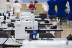 Nterior του καταστήματος εργοστασίων ενδυμάτων Περίβολοι που κάνουν το ατελιέ με διάφορες ράβοντας μηχανές στοκ φωτογραφία με δικαίωμα ελεύθερης χρήσης