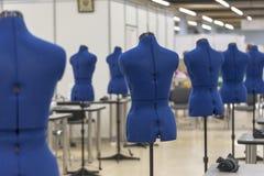 Nterior van kledingstukbedrijfswinkel Het sluiten die atelier met verscheidene naaimachines maken Stock Afbeelding