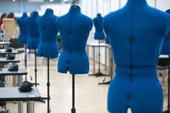 Nterior van kledingstukbedrijfswinkel Het sluiten die atelier met verscheidene naaimachines maken Stock Foto's