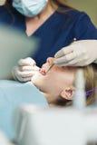 Ntists con un paziente durante l'intervento dentario alla ragazza Fotografia Stock