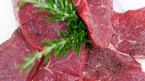 Nötkött med rosmarinkvistar Arkivfoto