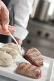 nötköttpotatisar som tjänar som steaks Arkivbild