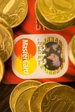 NTONE'TSK, ΟΥΚΡΑΝΙΑ 2 Νοεμβρίου 2017: Κόκκινη κύρια κάρτα μεταξύ των σωρών των χρυσών νομισμάτων Στοκ εικόνα με δικαίωμα ελεύθερης χρήσης