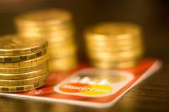 NTONE'TSK, ΟΥΚΡΑΝΙΑ 2 Νοεμβρίου 2017: Κόκκινη κύρια κάρτα μεταξύ των σωρών των χρυσών νομισμάτων Στοκ φωτογραφίες με δικαίωμα ελεύθερης χρήσης