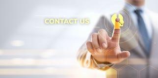 ?ntrenos en contacto con concepto de la comunicaci?n del cliente Hombre de negocios que presiona el bot?n en la pantalla ilustración del vector