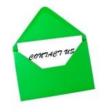 Éntrenos en contacto con tarjeta en sobre verde Fotos de archivo libres de regalías