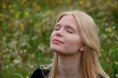 Nätt blond flicka som tycker om naturen Fotografering för Bildbyråer