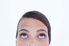 Nätt brunett som ser upp Royaltyfri Fotografi