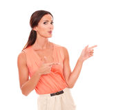 Nätt brunettdam som gör en gest skyttefingret Royaltyfri Fotografi